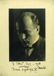 Fotografía autógrafa de Musssolini dedicada a E. G. Craig: A Edward Craig, molto cordialmente. Roma 4 agosto 1932 - X. Mussolini